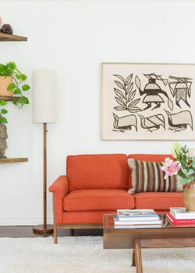 sala branca decorada com sofá em tons terrosos  Foto MyDomaine
