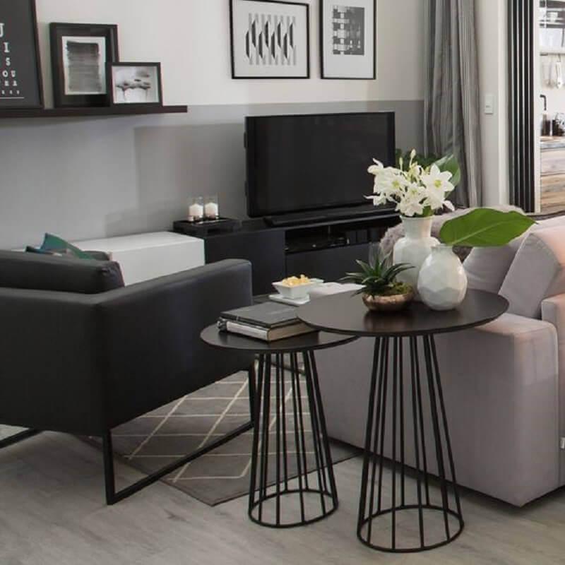 sala cinza decorada com mesa de canto redonda preta Foto Pinterest