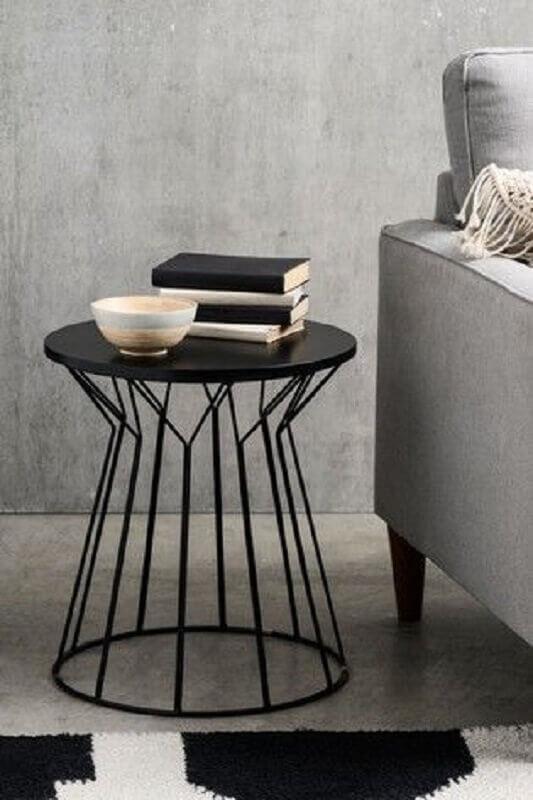 sala cinza decorada com mesa de canto redonda preta moderna