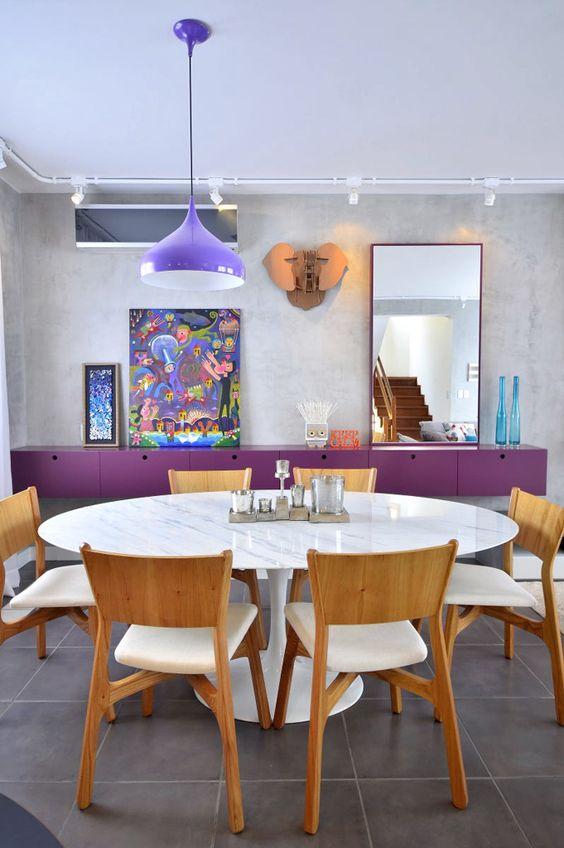 Sala de jantar colorida com mesa saarinen