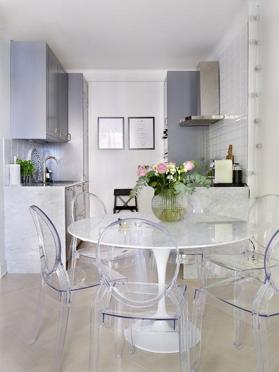 Sala de jantar com mesa saarinen