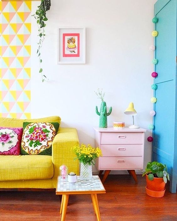 Sala colorida com sofá amarelo pastel