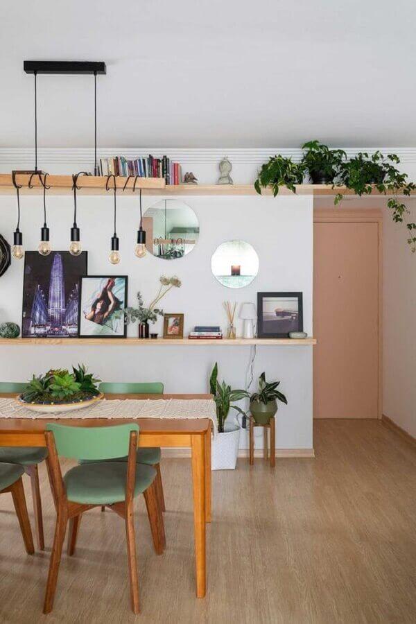 sala de jantar ampla decorada com prateleira para plantas e livros  Foto Casa de Valentina