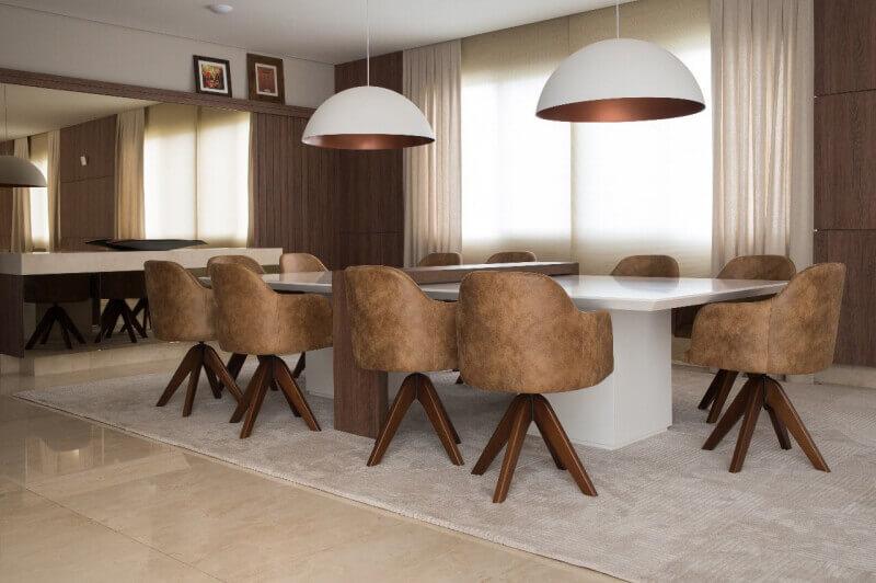 sala de jantar moderna decorada com cadeiras em tons terrosos  Foto Karina Correa