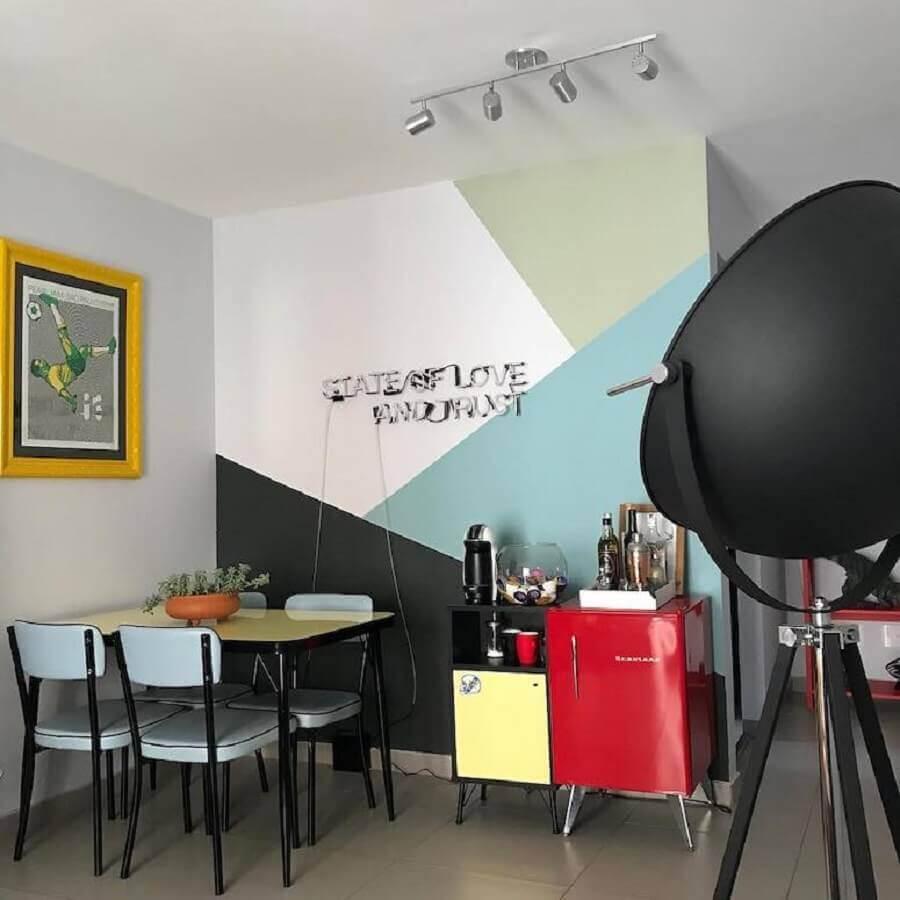 sala de jantar pequena decorada com pintura de parede geométrica azul e cinza  Foto Pinterest