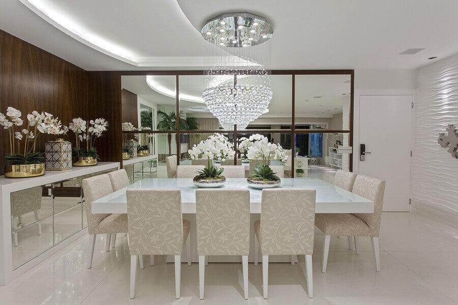 sala de jantar sofisticada decorada com lustre de cristal e espelho sem moldura para parede Foto Pinterest
