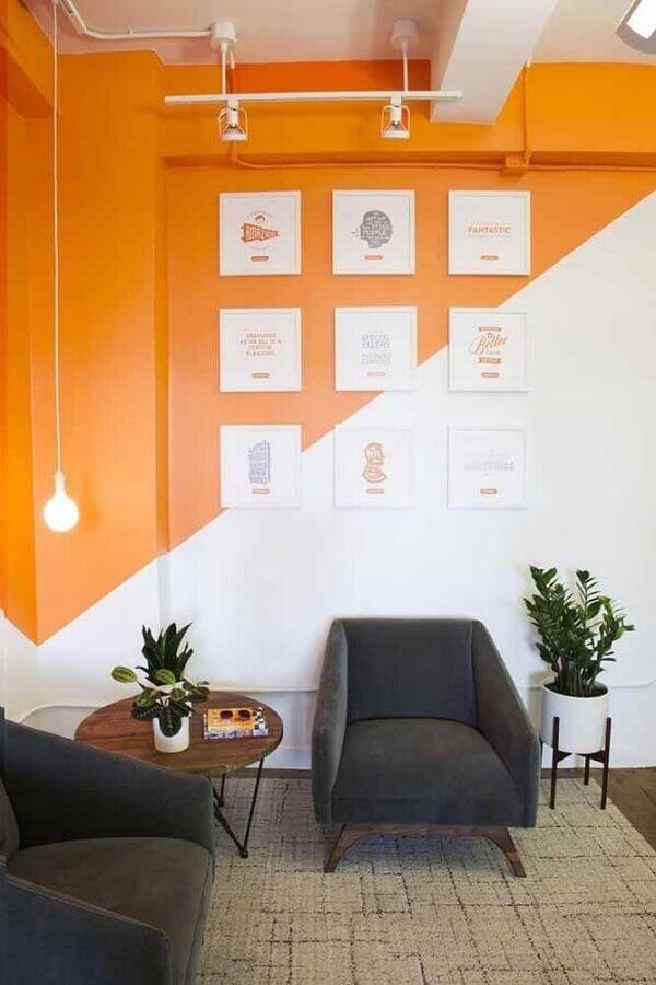sala decorada com poltrona cinza e parede geométrica branca e laranja Foto Home Fashion Trend