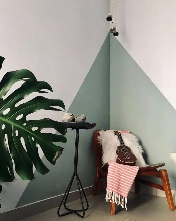sala decorada com poltrona de madeira e parede geométrica verde e branca  Foto Pinterest