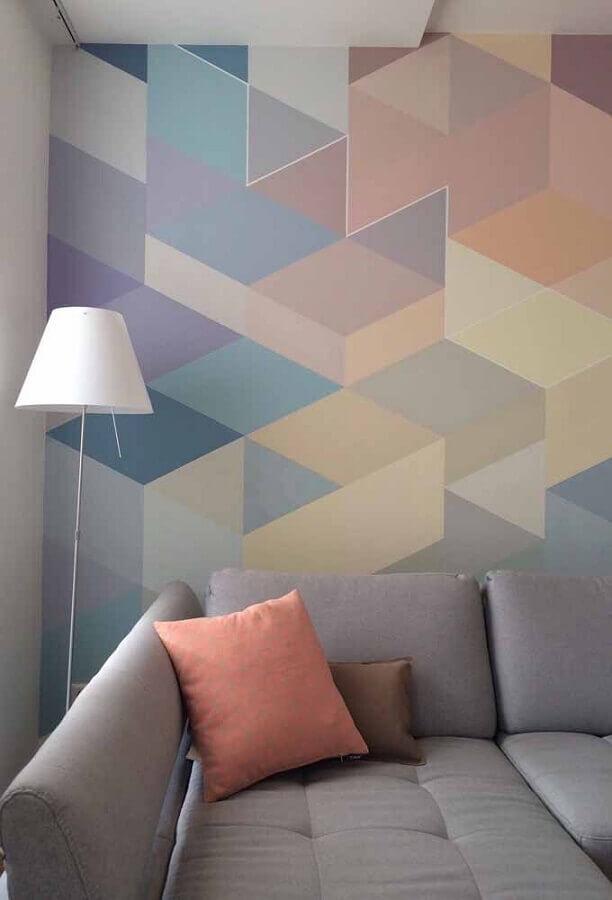 sala decorada com sofá cinza e desenho geométrico na parede colorida Foto Eduardo Cavalcanti Castro