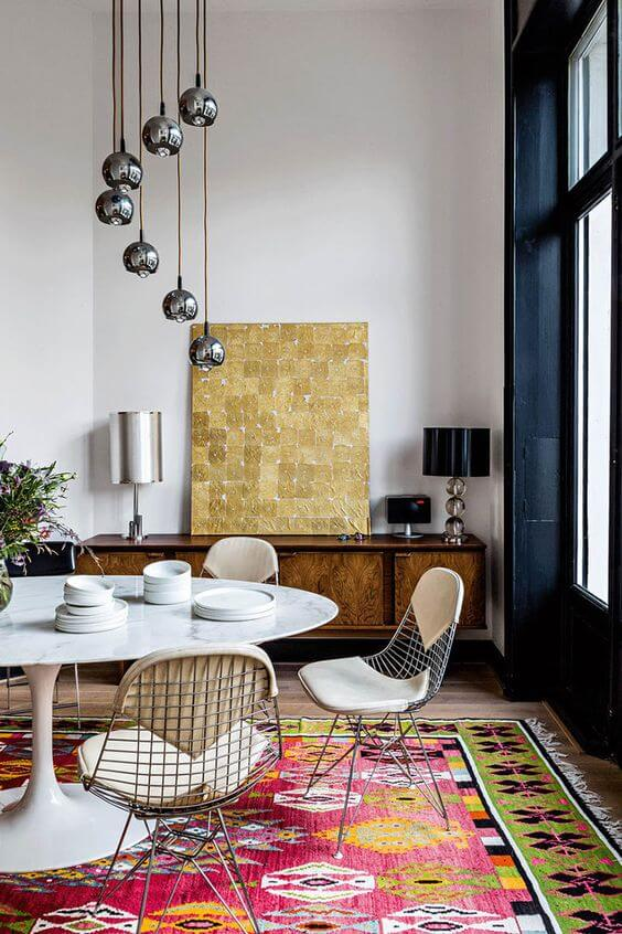 Sala moderna e colorida com mesa saarinen