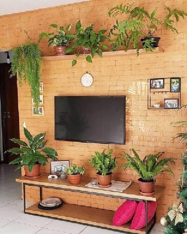sala rústica decorada com prateleira de madeira para plantas em parede de tijolinho Foto Pinterest
