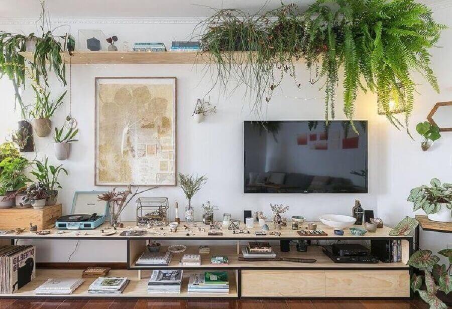 sala simples decorada com prateleira de madeira para plantas  Foto Histórias de Casa