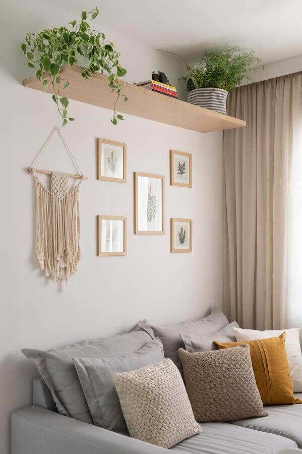 sala simples decorada com prateleira de madeira para plantas  Foto Pinterest