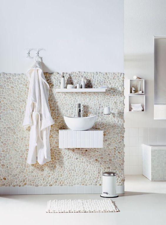 Banheiro com revestimento de seixos