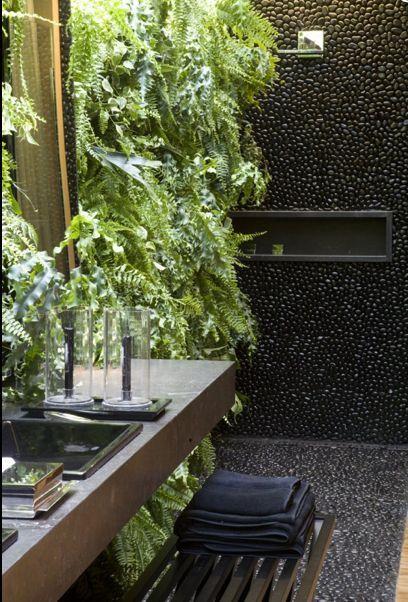 Banheiro com revestimento de pedras seixos