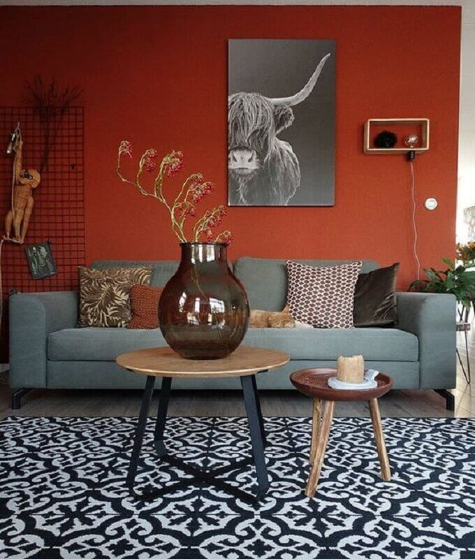 sofá cinza para decoração de sala em tons terrosos  Foto Pinterest
