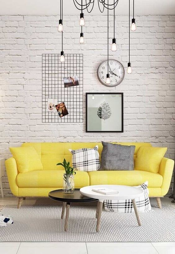 Sofá amarelo na sala cinza