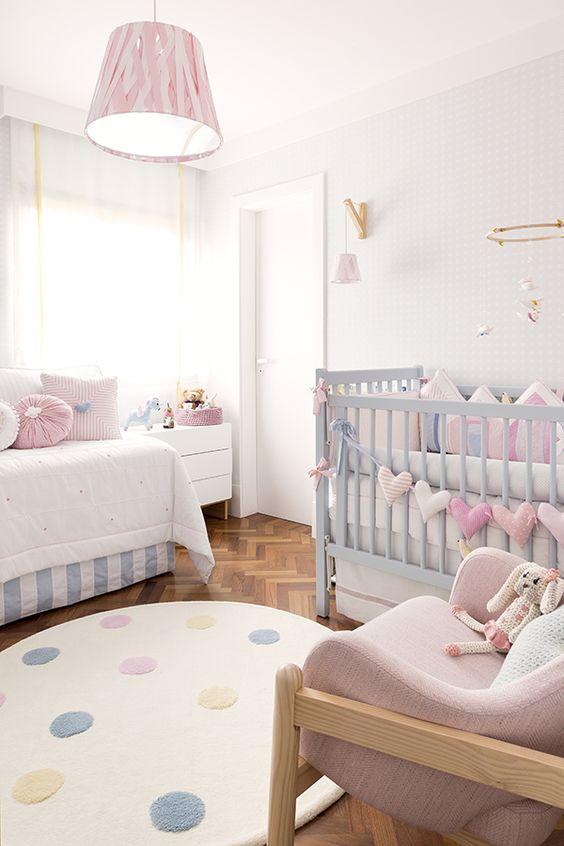 Sofá para quarto de bebê com berço e poltrona de amamentação