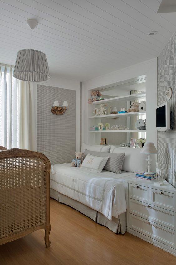 Sofá para quarto de bebê neutro e delicado