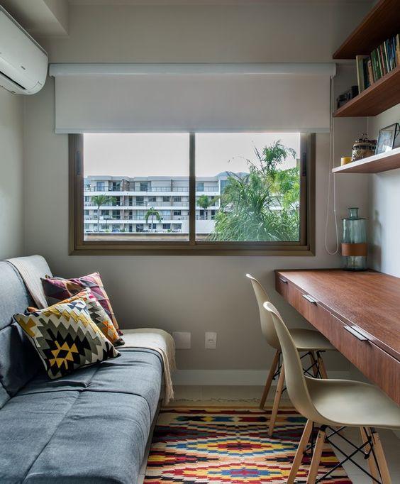 Sofá cama para quarto pequeno com mesa de escritório