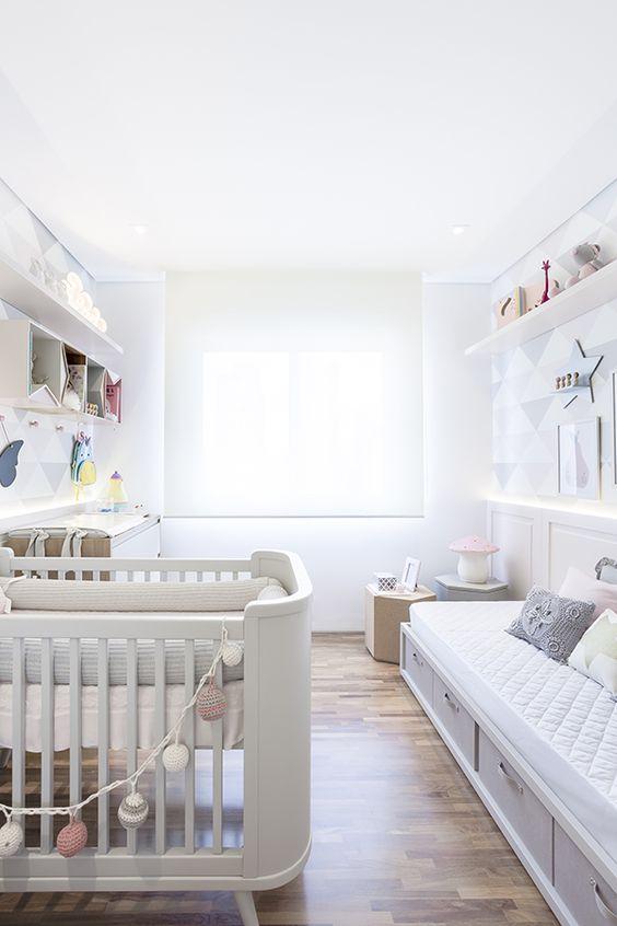 Sofá para quarto com berço e estante de enfeites