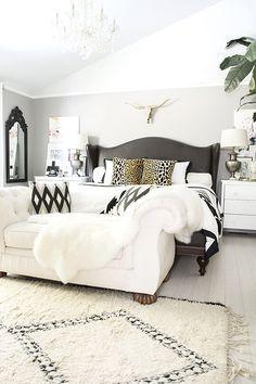 Sofá para quarto branco com cama preta