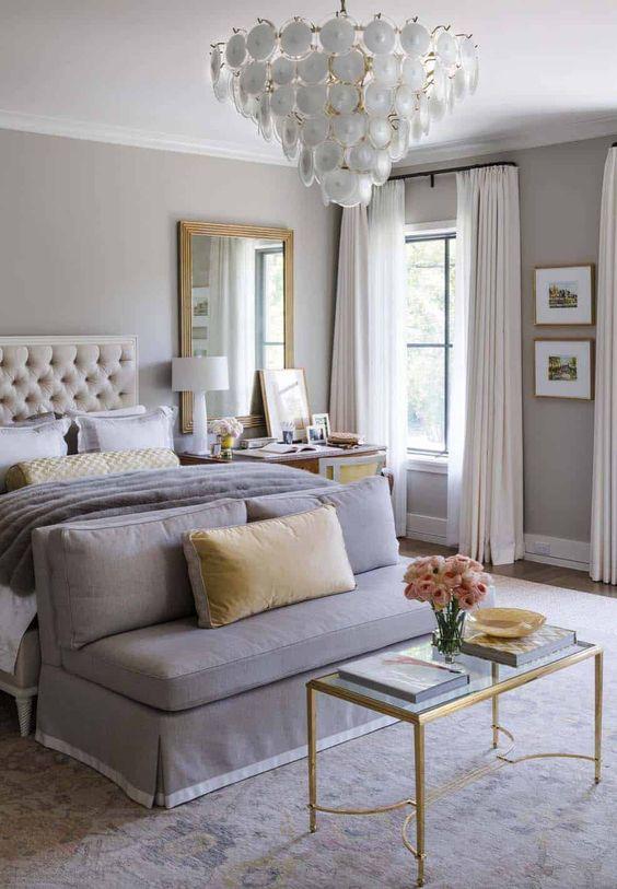 Sofá para quarto cinza confortável com mesa de centro