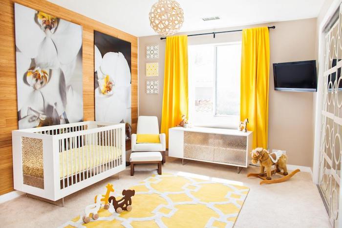 Tapete amarelo pastel e cortina combinando