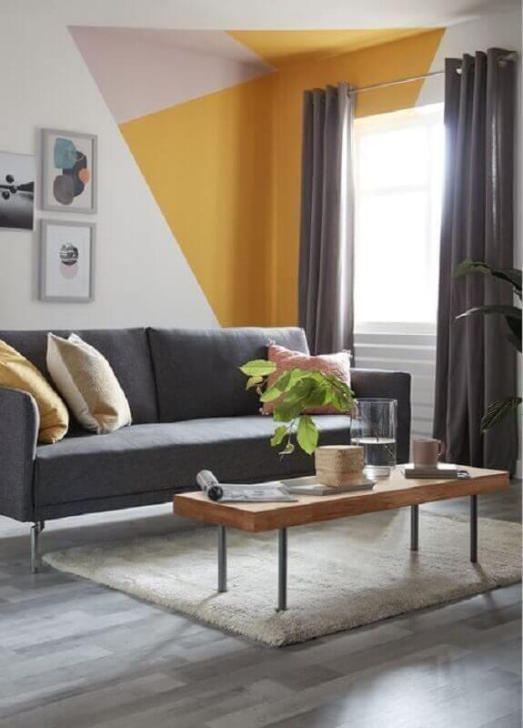 Tons de amarelo para pintura de parede geométrica em sala cinza  Foto Home Fashion Trend