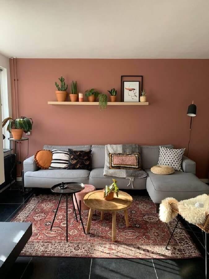 tons terrosos para decoração de sala com sofá com chaise cinza Foto Decoholic