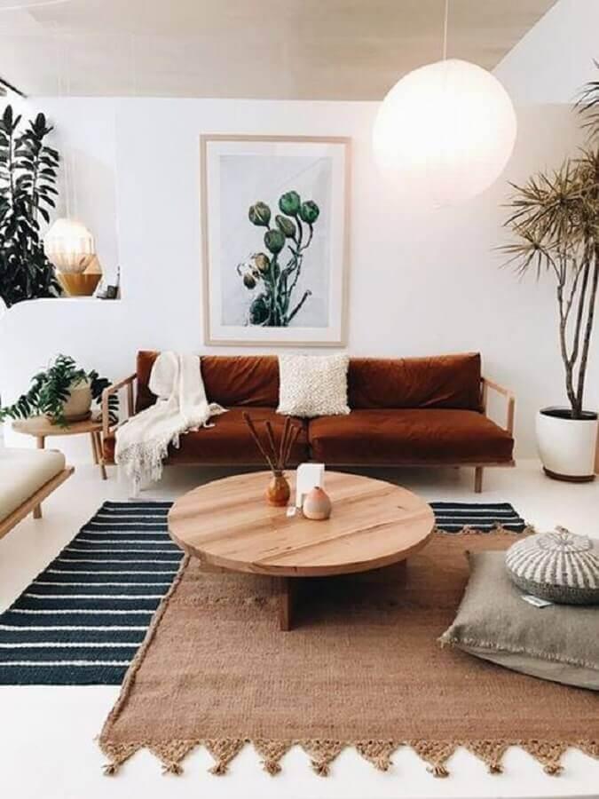 tons terrosos para decoração de sala de estar branca com dois tapetes diferentes  Foto Apartment Therapy