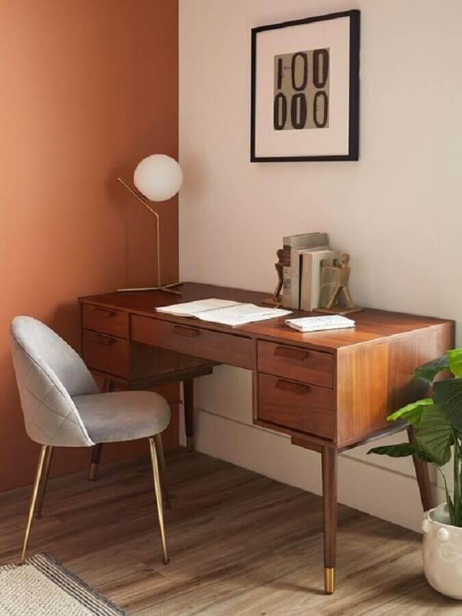 tons terrosos para home office simples com escrivaninha de madeira  Foto Studio LoHo