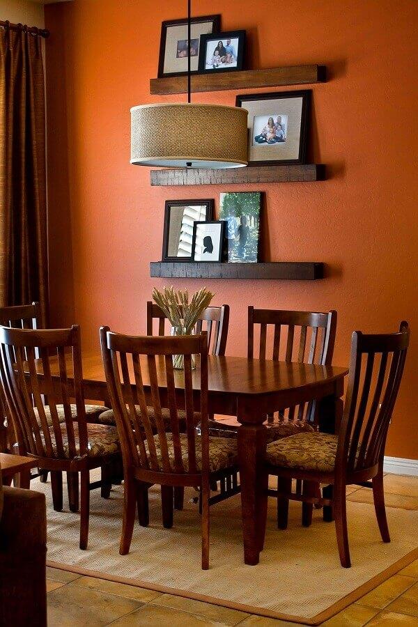 tons terrosos para sala de jantar com prateleiras e mesa de madeira Foto Urban Company