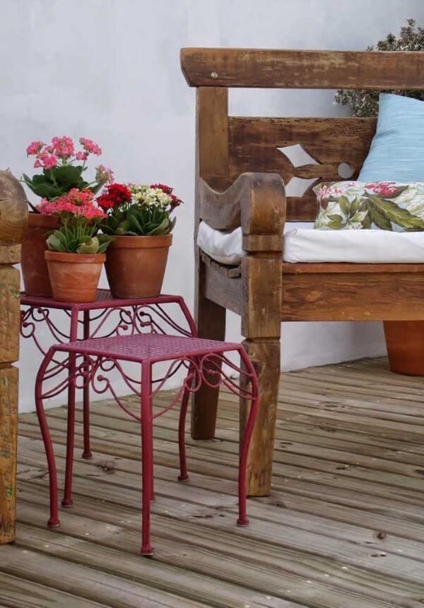 Varanda rústica com vasos de flor da fortuna