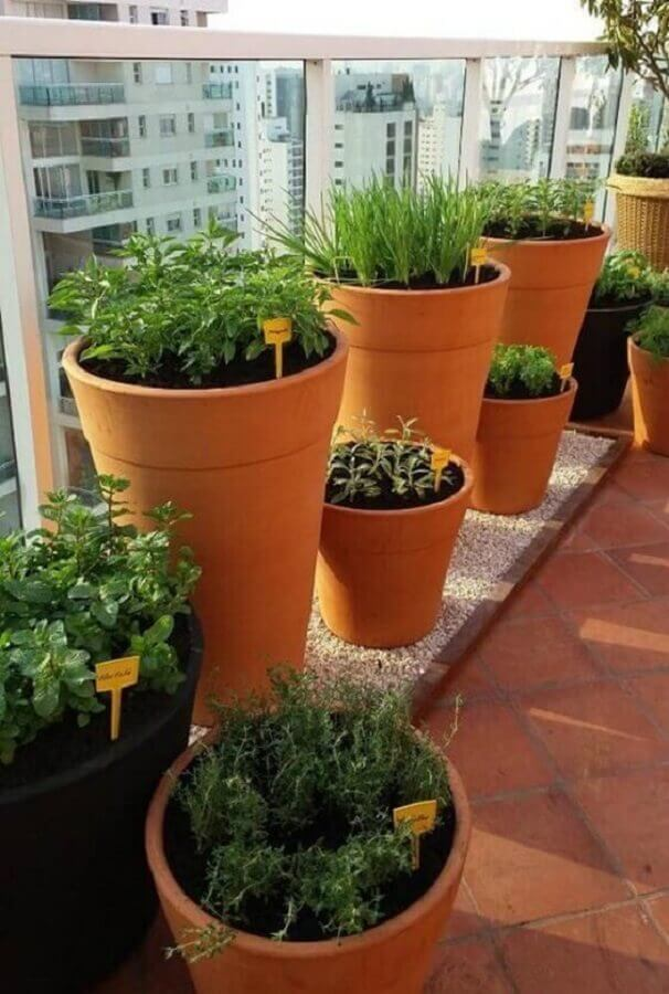 vasos com plaquinhas para montar horta orgânica em varanda de apartamento Foto Revista Artesanato