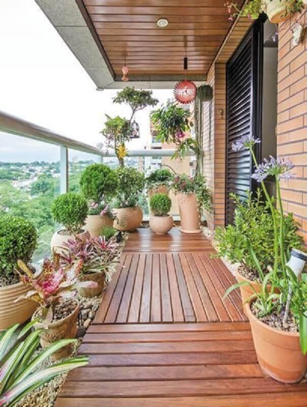 vasos de plantas para varanda com piso de madeira Foto Jeito de Casa