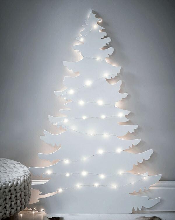 Árvore de natal diferente branca com luzes