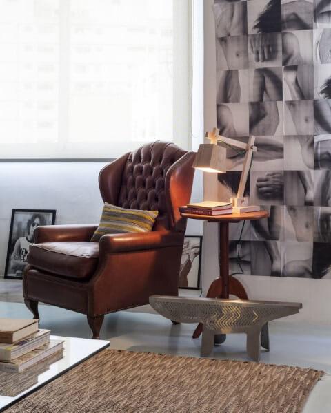 Área de leitura com mesa lateral alta de madeira