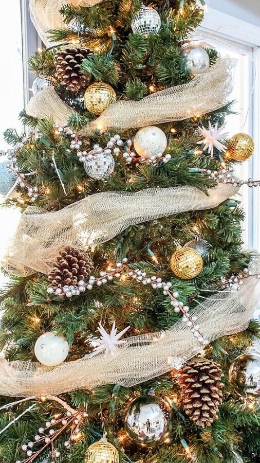 árvore de Natal com pinhas e bolas douradas e prateadas Foto Erica Designing Vibes