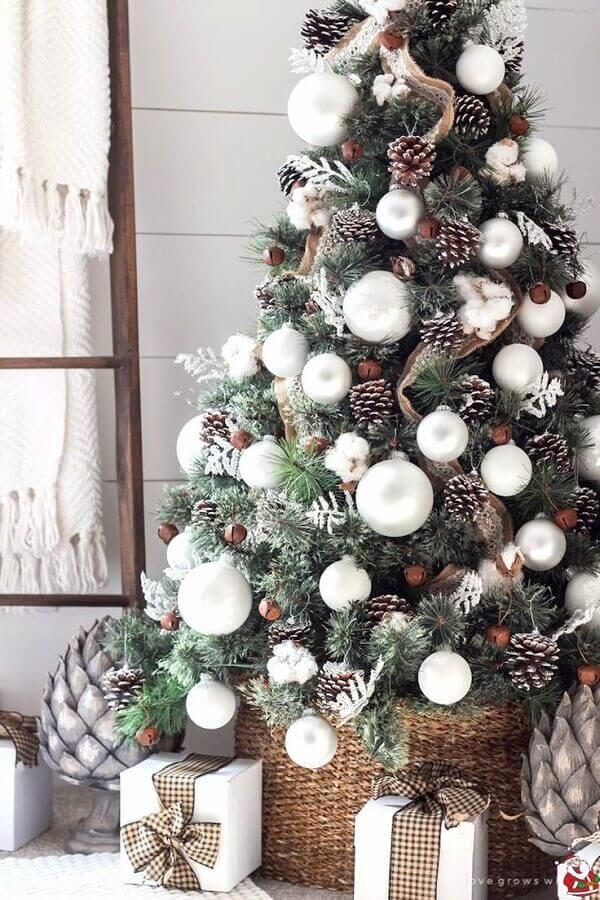 árvore de Natal com pinhas e bolas prateadas  Foto Woonblog