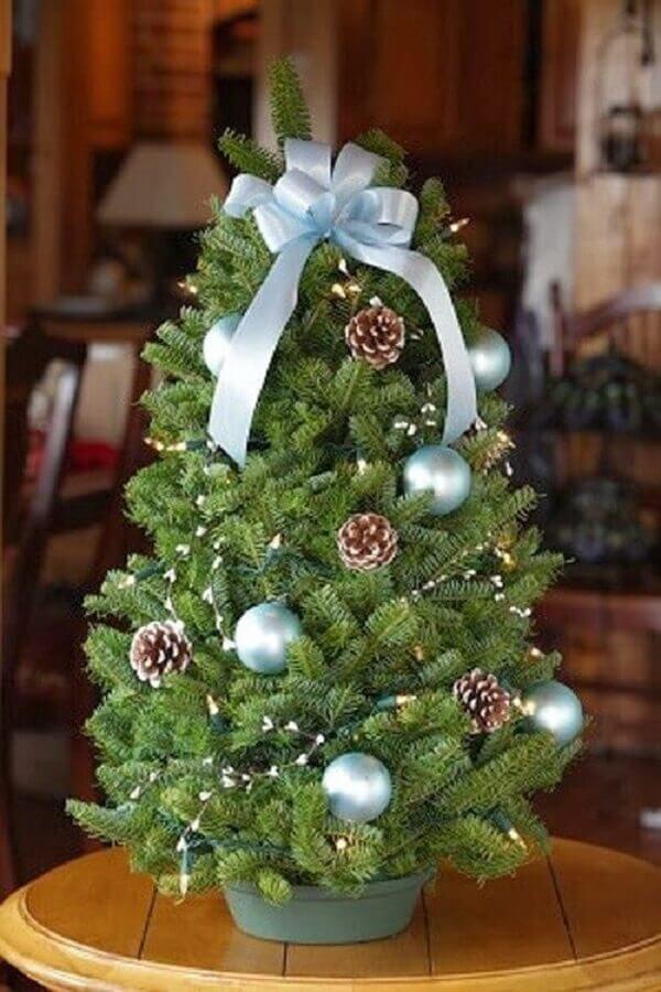 árvore de Natal pequena com pinhas e bolas prateadas  Foto Pinterest