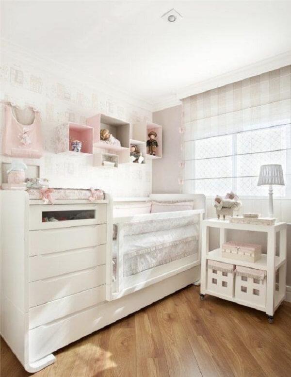 A base branca do quarto de bebê traz a sensação de amplitude ao espaço