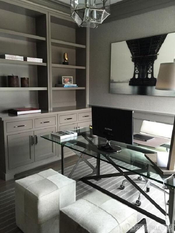 A base preta da mesa de vidro conversa com os demais elementos decorativos do escritório