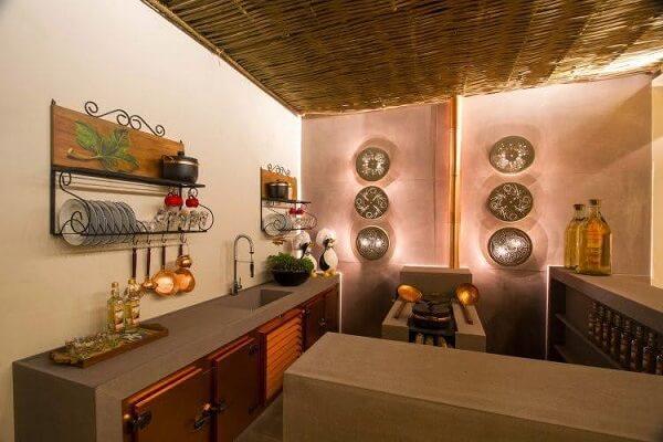 A cobertura em bambu traz ainda mais estilo para essa cozinha