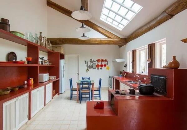 A cor vermelha é recorrente no fogão à lenha