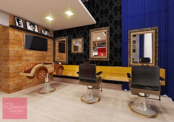 A cortina azul e o móvel amarelo traz um toque sofisticado e divertido par aa decoração de barbearia