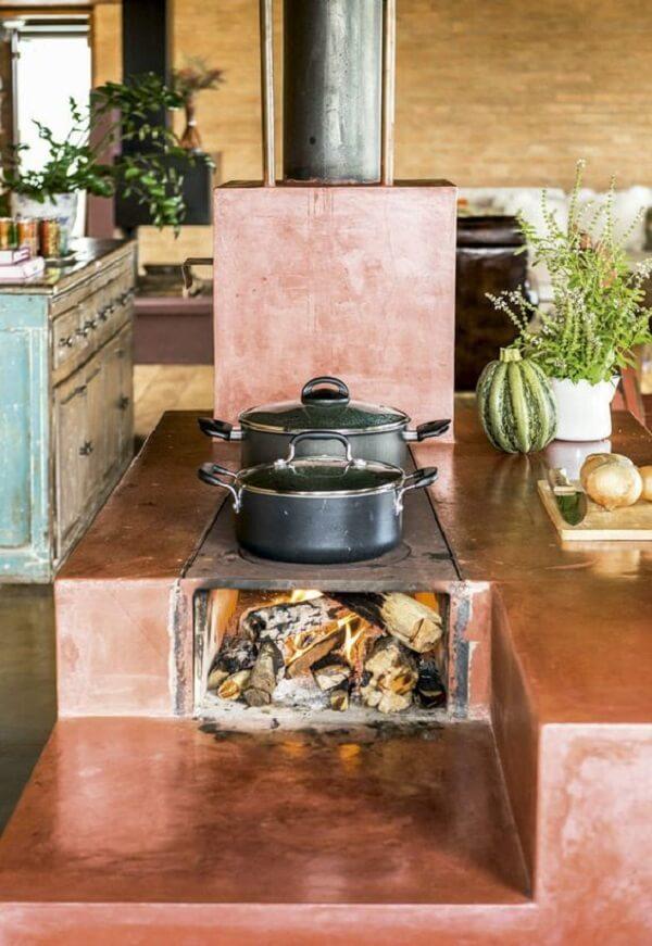 A cozinha com fogão à lenha é muito comum em fazendas e casas de campo
