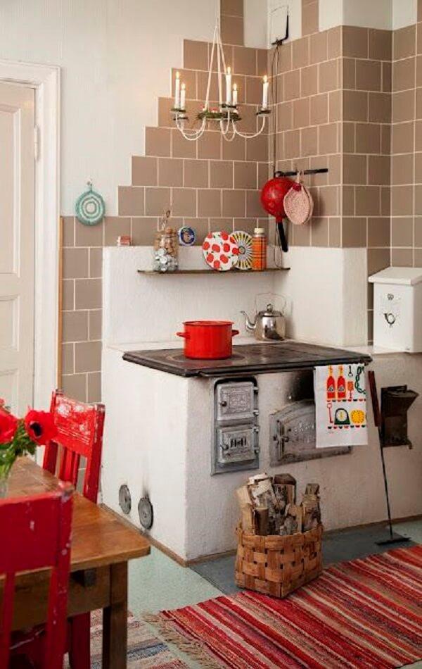 A cozinha com fogão à lenha proporciona bons momentos na hora de preparar a refeição