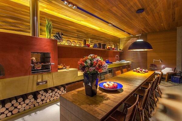 A cozinha moderna também pode receber a presença de um fogão à lenha