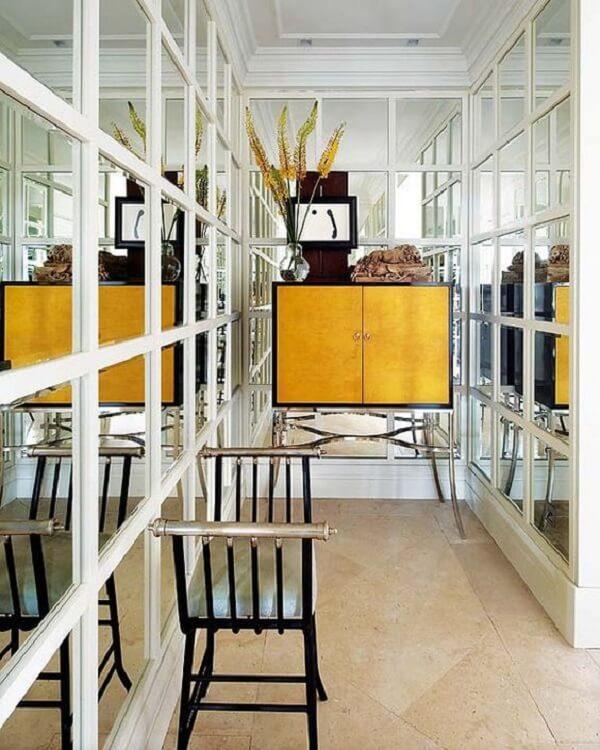 A decoração com espelho quadrado deixou esse corredor sofisticado